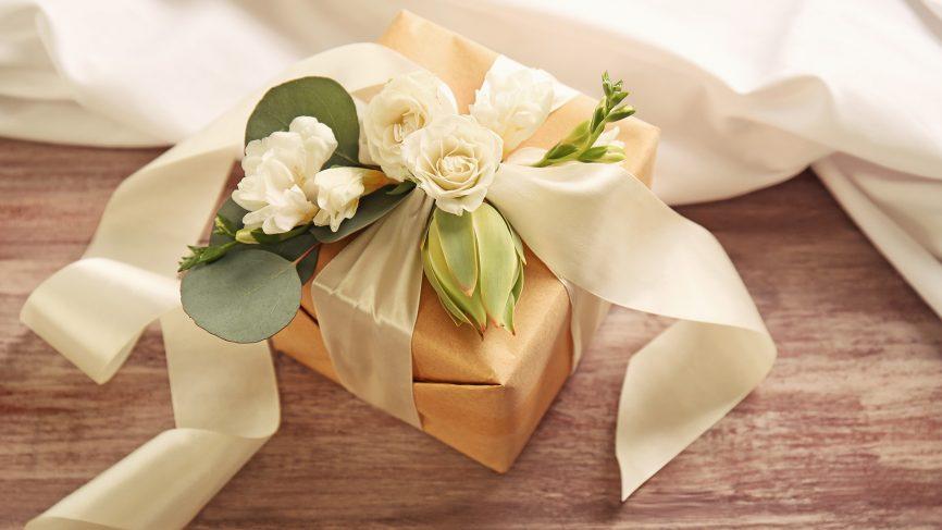 English Joke - The Nice Wedding Gift 英语笑话 - 实用的新婚礼物